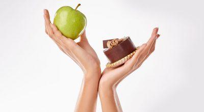 manos con pastel y manzana