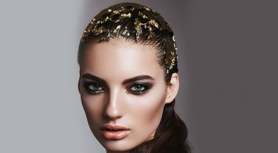 mujer con hoja de oro en la cabeza