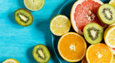 bowl de frutas con fondo azul brillante
