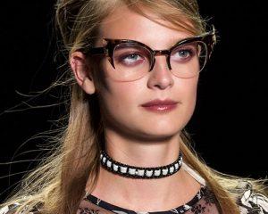 mujer en pasarela con lentes