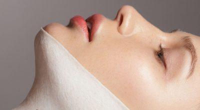 mujer con tela en la cara