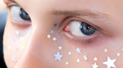 mujer con estrellas en la cara