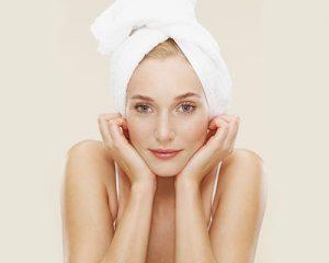 mujer con toalla amarrada en la cabeza