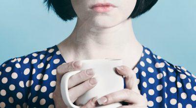 Mujer agarrando taza de té