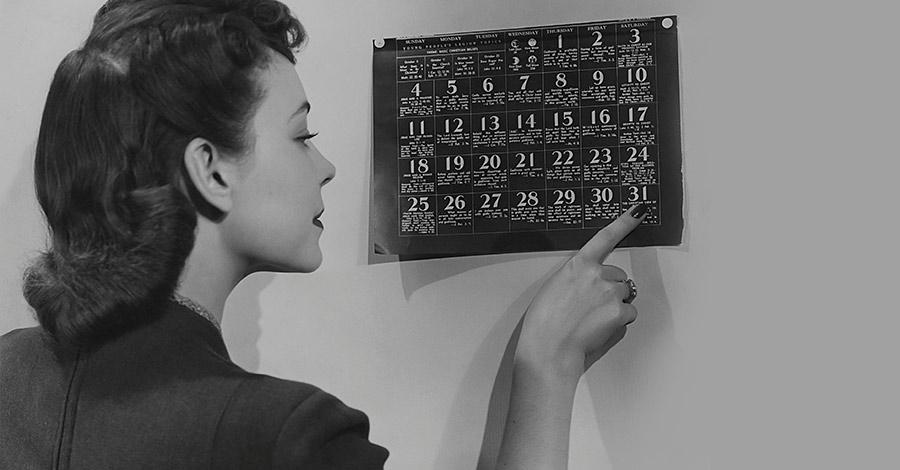 Mujer viendo calendario