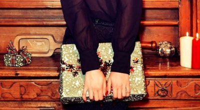 Mujer con clutch
