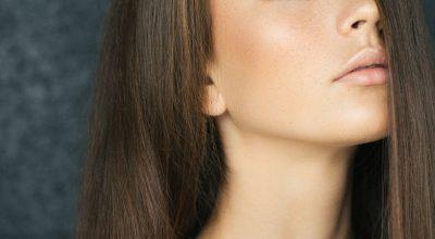 Mujer con pelo largo cerrando los ojos
