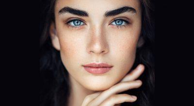 Mujer con ojos azules