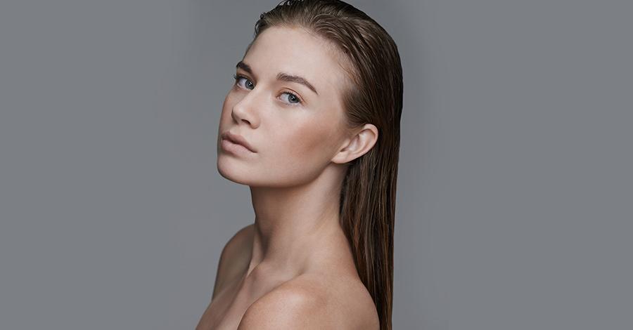 mujer con pelo relamido