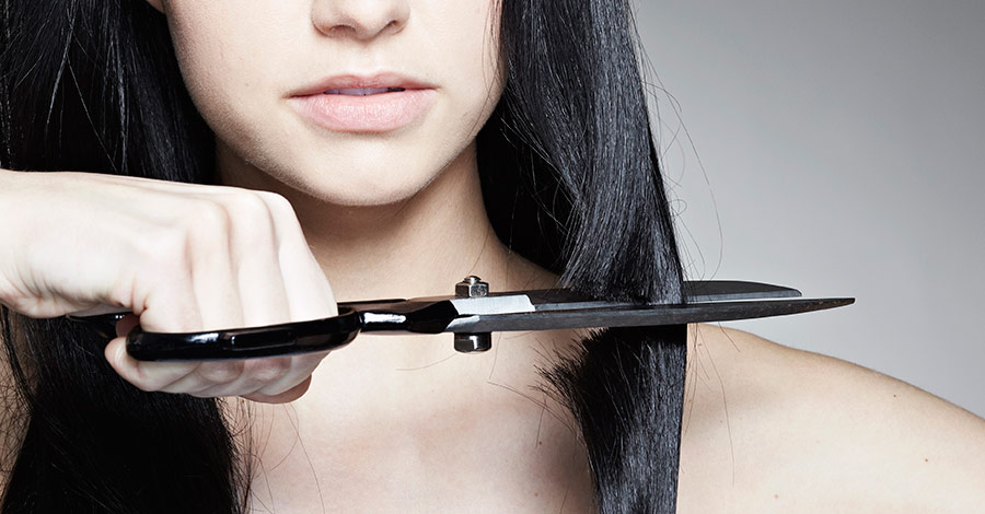 Mujer cortando el pelo