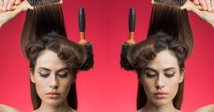 mujer con cepillo de pelo
