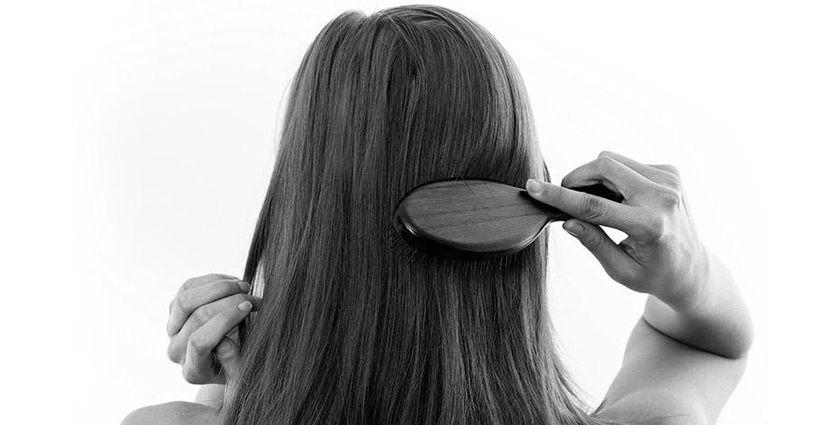 Mujer cepillando pelo