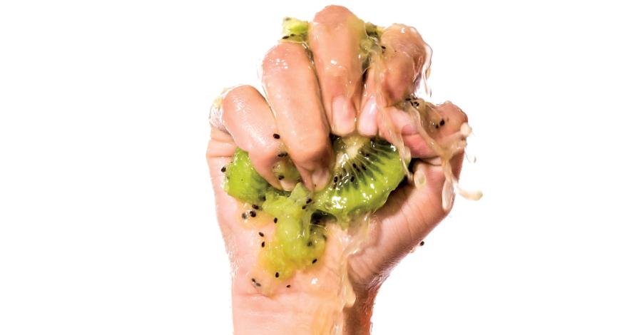 Mano con kiwi