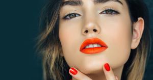 Mujer labios naranjas