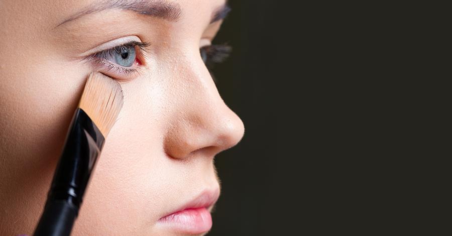 Mujer base de maquillaje