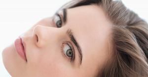 mujer cejas tupidas