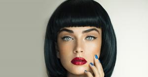 mujer con pelo negro y ojos azules