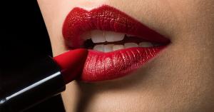 Boca con labial rojo