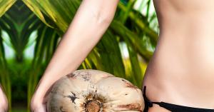 Mujer con un coco