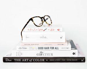 libros de moda y belleza aplicados con lentes