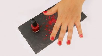mano con barniz rojo