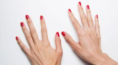 Manos con uñas color rojo