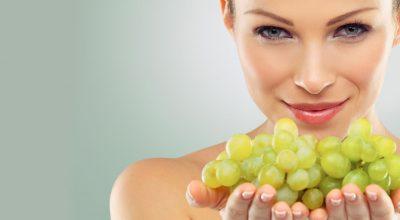 mujer cargando uvas