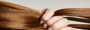 mujer pasando los dedos por el pelo