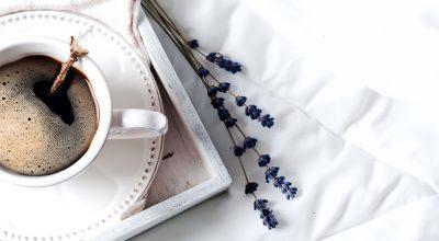 cama, bandeja en sabanas con cafe