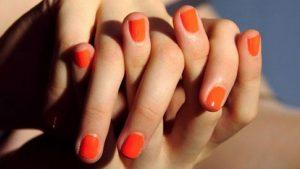 Manicure de verano naranja