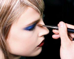mujer siendo pintada