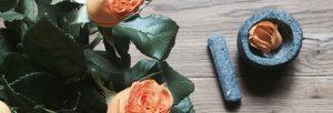 Rosas en una mesa
