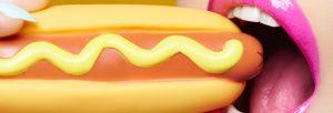 mujer comiendo hotdog