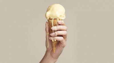 mujer con helado derritiendose