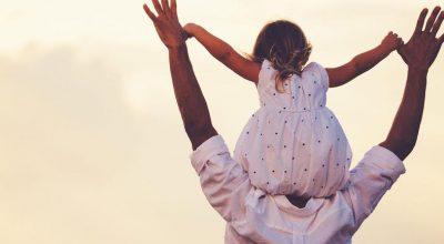hombre cargando a su hijita