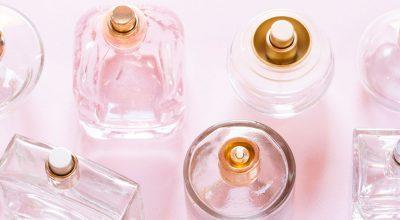 botellas de perfume y fondo rosa