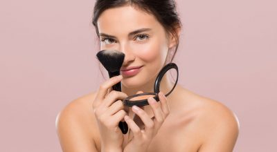 mujer con maquillajes en la cara