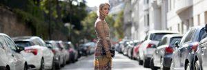 mujer con vestido en la calle