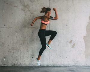 mujer brincando haciendo ejercicio
