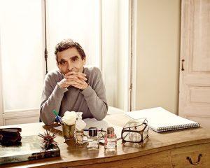 adolfo dominguez en su escritorio